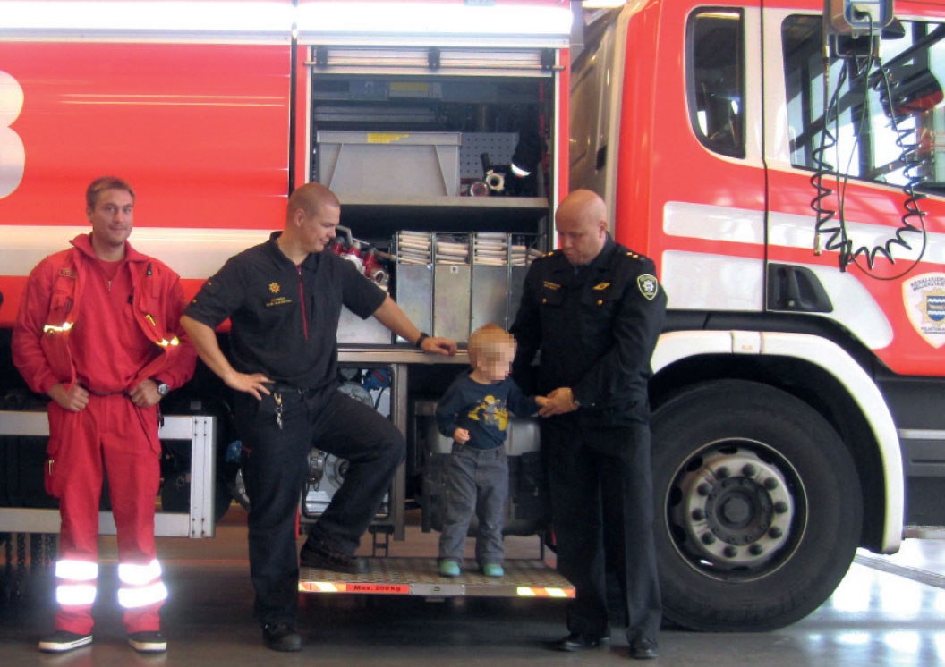 """Vasemmalta lääkintäesimies Pasi Hiitomaa, palomies Sami Saarikoski, """"Ville"""" ja palomestari Ari Koivu."""
