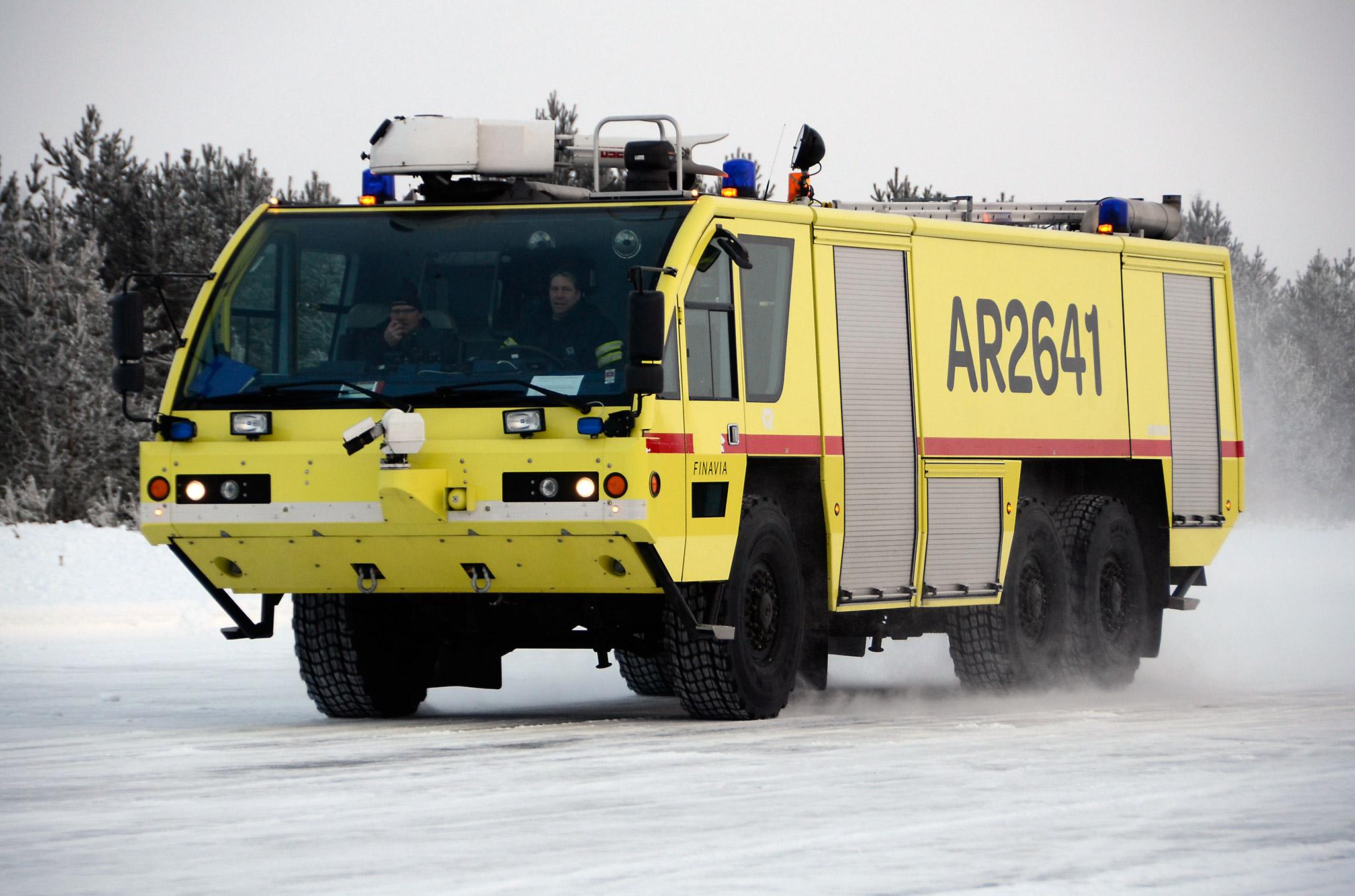Vuoroesimies Jouni Nurkkala testaa miten SnowCross-talvirenkaat pysäyttävät yli 30-tonnisen lentokenttäpaloauton. Finavian pelastuspäällikkö Veli-Matti Sääskilahti kirjaa vieressä ylös mittaustuloksia ja kuljettajan tuntemuksia.