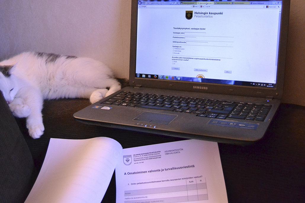 Omavalvontalomake on täytettävissä Helsingin pelastuslaitoksen verkkosivulla tai sen voi myös tulostaa.