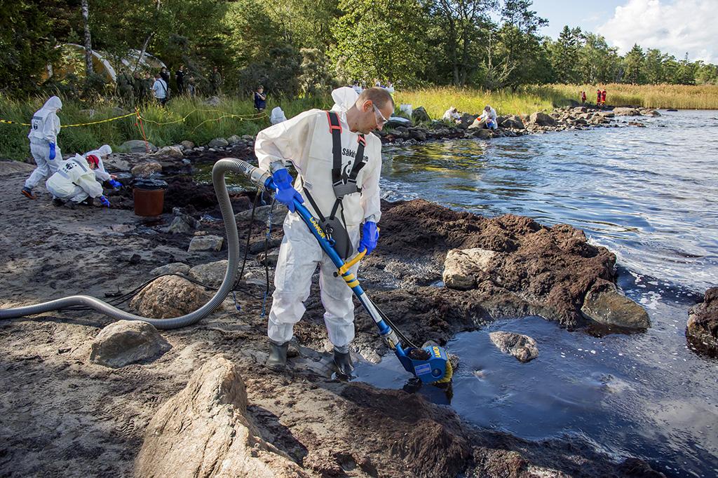 WWF:n vapaaehtoiset demonstroivat öljyn keräämistä Nurmesluodon Lemmenpuhtista Selkämeren Pihlus 2014 –öljyntorjuntaharjoituksessa.