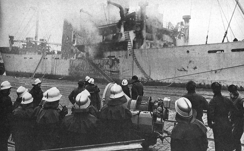 Pohjanlahdella tuleen syttynyt »Veli» on hinattu Rauman satamaan sammutusta varten. Alus saapui Raumalle 24.1. ja sammutus päättyi Runebergin päivänä 5.2.1971.