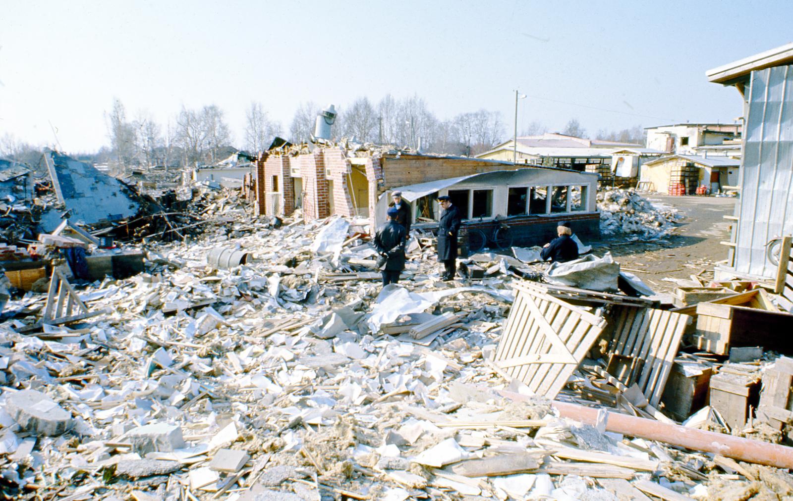 Koskaan aikaisemmin suomalaiset palontorjujat eivät olleet joutuneet yhtä kohtalokkaan onnettomuuden pelastustoimiin kuin Lapualla huhtikuun 13. päivän aamuna vuonna 1976. Patruunatehtaan lataamorakennuksessa sattunut räjähdys surmasi 40 ihmistä. Kuva: Juhani Katajamäki.