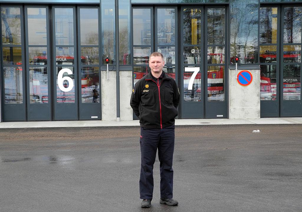 Ruiskumestari Jouni Kokki koordinoi työvuoroja Heinolan paloasemalla.