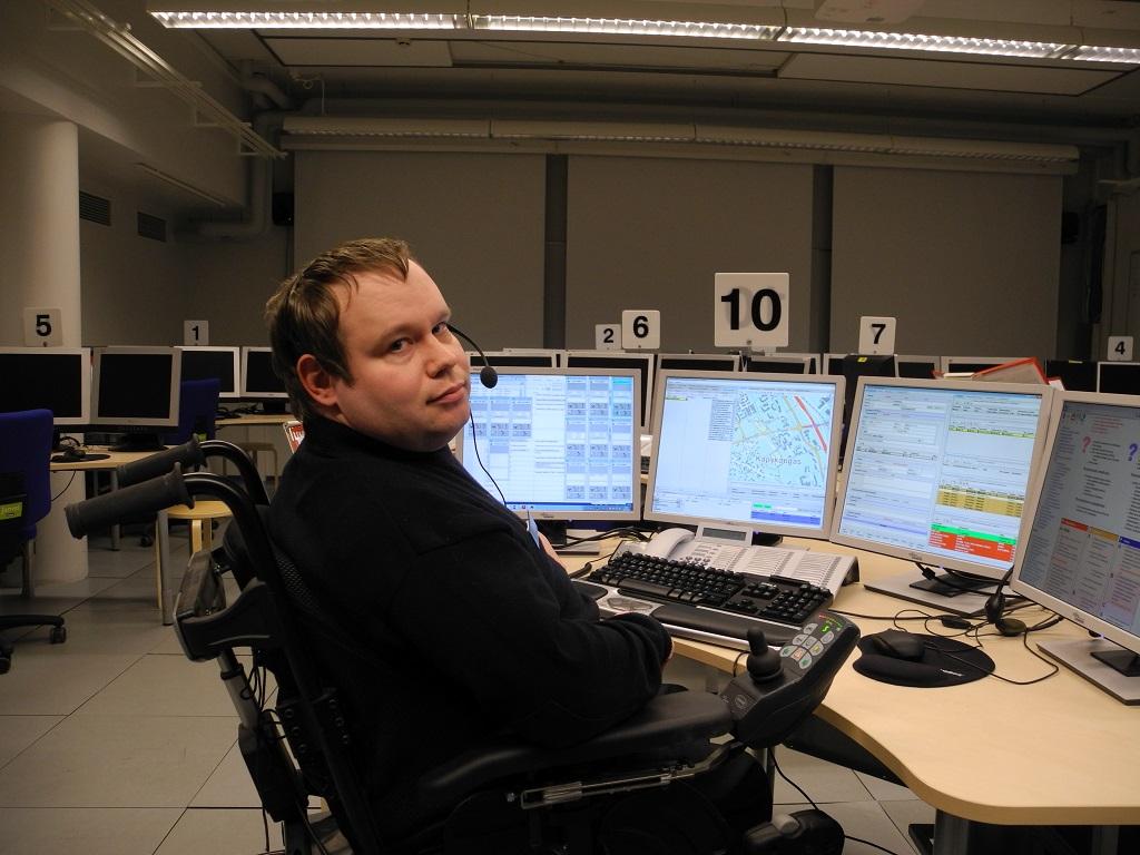 Petri Salo harjoittelee hätäkeskuspäivystämistä simulaatioympäristössä Pelastusopistolla.