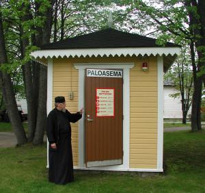 Isä Andreas ja Suomen pienin paloasema Valamon luostarissa. Kuva: Esa Aalto.