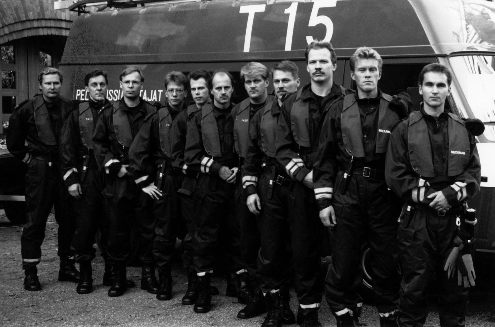 Turun EKA-ryhmästä laskeutui kolmen päivän aikana yhteensä 17 miestä hyiseen mereen. Viikko onnettomuuden jälkeen otetussa kuvassa heistä yksitoista. Vasemmalta ryhmien vetäjät, paloesimiehet Arto Teronen, Pertti Väisänen ja palomestari Reijo Salminen, palomies Jussi Vaitiniemi, palomies Harri Niska, palomies Matti Orte, palomies Matti Pikku-Jämsä, palomies Rauno Lindholm, palomies Ari-Tapio Dalen, ylipalomies Kari Pikku-Jämsä ja palomies Heikki Vähäkuopus.