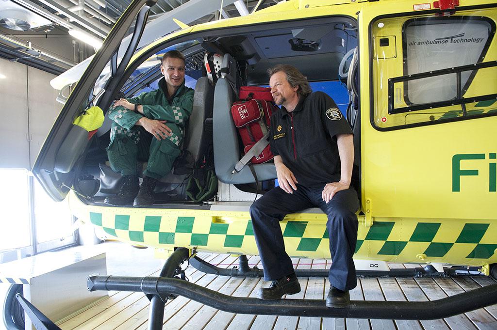 Hems-pelastaja Juha Leppänen sekä vanhempi Hems-pelastaja Heikki Aarela FinnHEMSin helikopterihallissa.