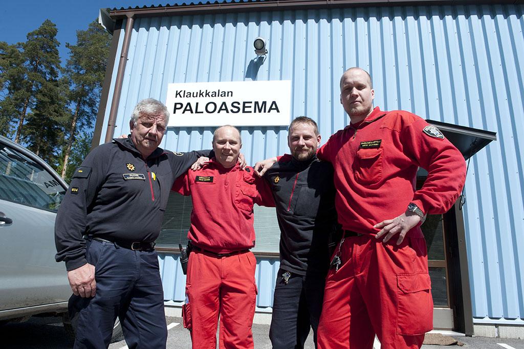 Palomies Raimo Kalteva, ensihoitaja Ville Ikonen, palomies Jarno Räihä ja sairaankuljettaja Arto Valkama päivystävät Klaukkalan paloasemalla hyvässä yhteisymmärryksessä.