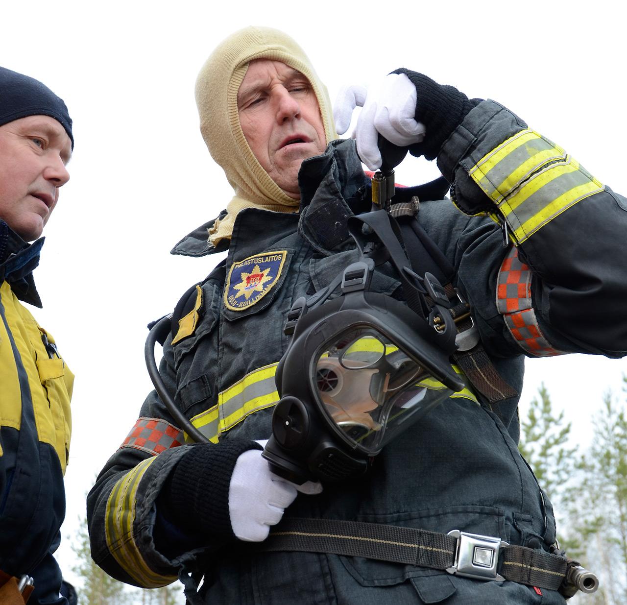 Ylipalomies Juhani Lindgren, 58, Oulu-Koillismaan pelastuslaitokselta oli yksi vapaaehtoisista, jotka osallistuivat Työterveyslaitoksen palautumistutkimukseen. 48-vuotias palomies-sairaankuljettaja Pauli Helin auttoi varusteita ylle kenttäkokeissa Oulunsalon harjoitusalueella toukokuussa 2015.