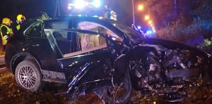 Auto romuttui pahoin ulosajossa, jossa viisi nuorta loukkaantui.