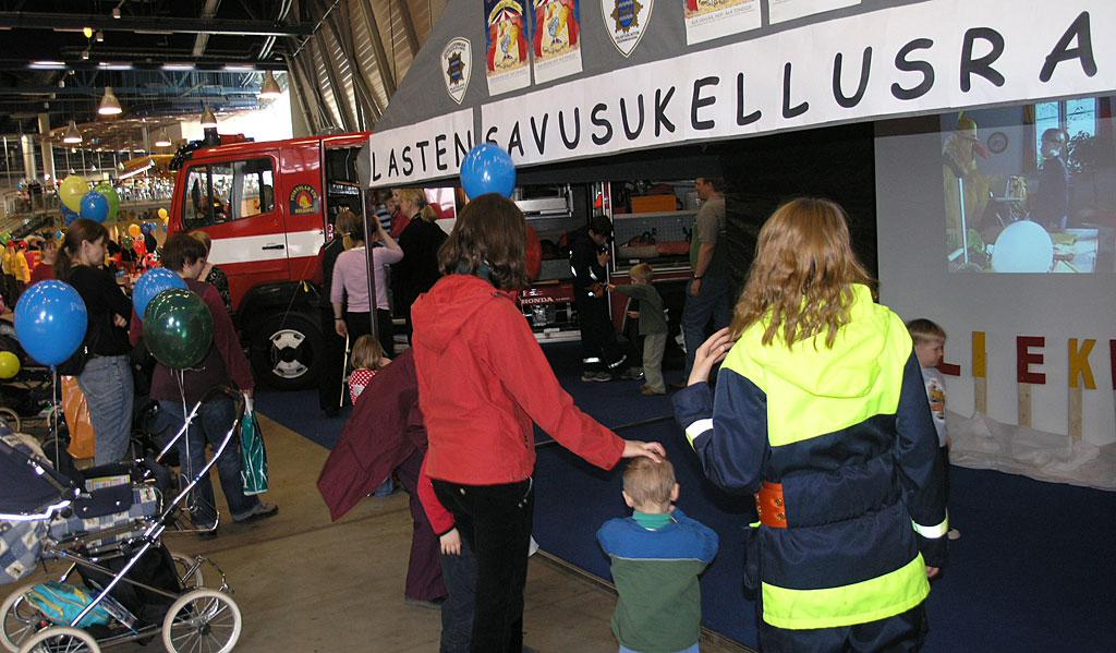 Pelastuslaitokset jakavat perheen pienimmille ja samalla myös aikuisille turvallisuustietoa muun muassa messutapahtumissa. Kuva: Esa Aalto