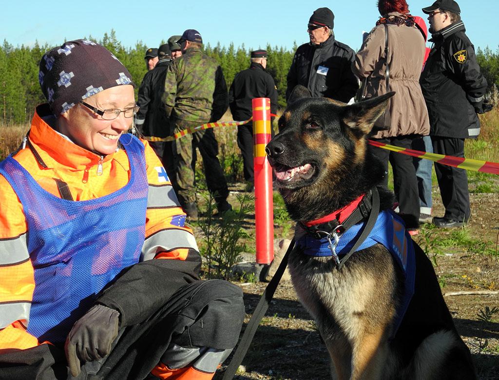 Pelastuskoira-asiantuntija, kouluttaja Annika Himanen on yksi Barents-harjoituksen koiratehtävien suunnittelijoista. Konrad on erikoistunut pelastamiseen vaikeista olosuhteista.