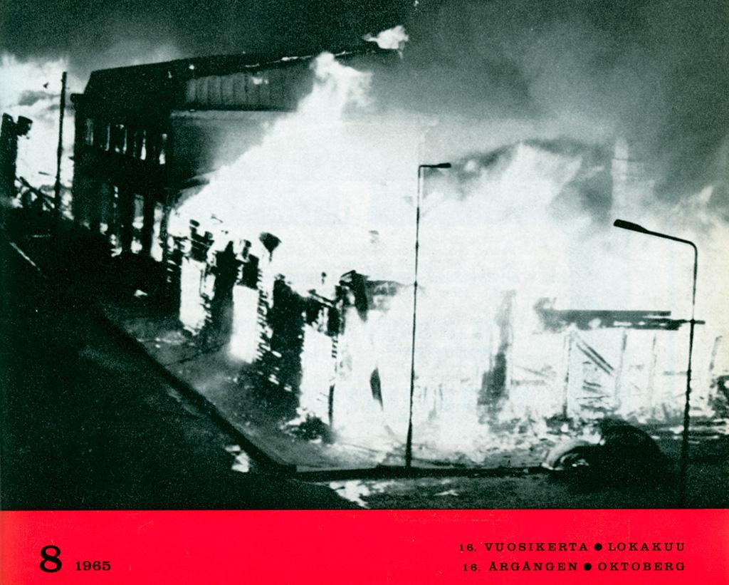 Kansikuva: Yöllinen palotilanne Iisalmen keskustassa 14.9.1965. Kuva on otettu samasta suunnasta kuin sivulla 400 oleva paloa edeltävä ja palon jälkeinen kuva.