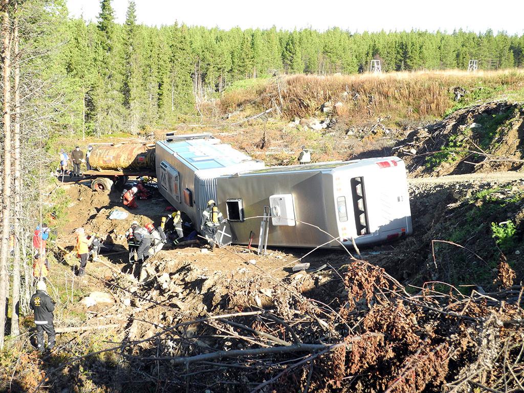 Haitaribussi suistui ojaan maanvyörymässä.