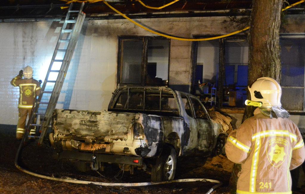 Rakennuksen viereen pysäköity auto syttyi aamuyöllä tuleen ja sytytti myös edessä olleen rakennuksen palamaan.
