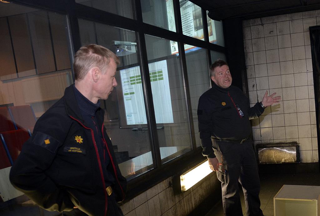 Pelastusopiston opettajat Ari Mustonen ja Timo Loponen paloteatterissa.