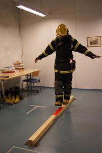 Dynaamisen tasapainon testaamista savusukellusvarusteissa.