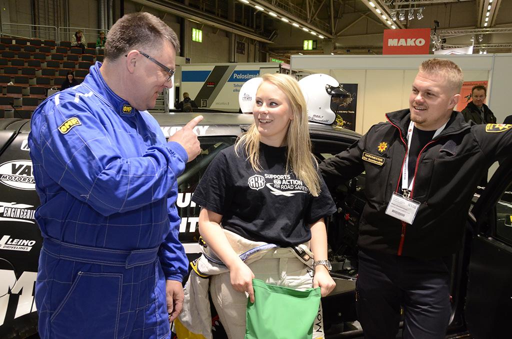 Racing Rescue Teamin vastuulääkäri Juha Kukkonen, ralliautoilija Laura Suvanto ja vuoromestari Mikko Saastamoinen puhuivat liikenneonnettomuuden uhrin oikeaoppisen irrottamisen tärkeydestä Finnsec-messuilla.