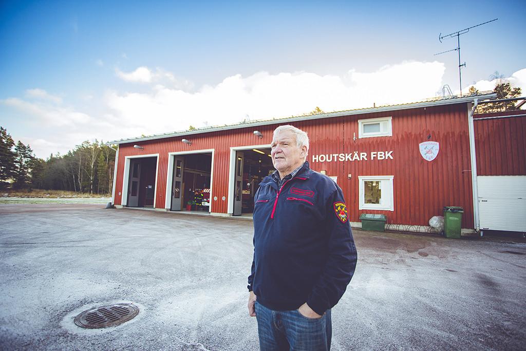 Houtskär FBK:n yksikönjohtaja Christer Friis aseman edustalla.