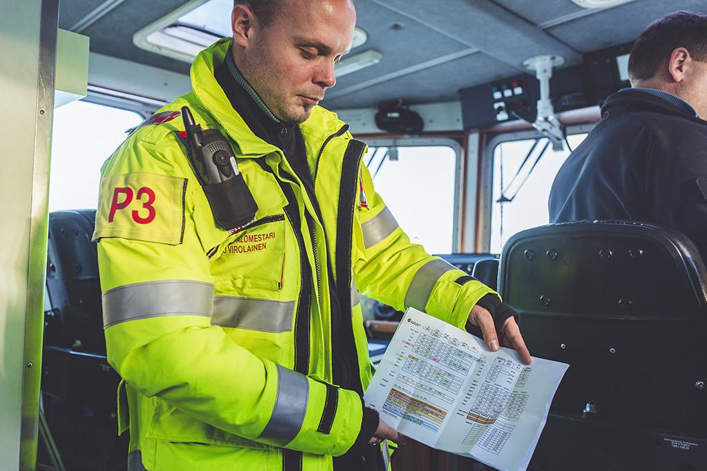 Marko Virolainen esittelee työvuorolistaa.