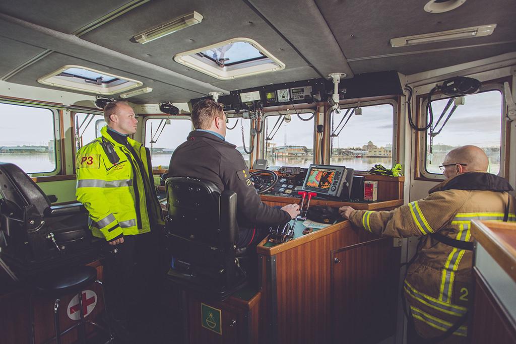 Paloesimies Marko Virolainen, Paloesimies Osku Kaituri ja ylipalomies Jarkko Jalava Katariina-aluksen puikoissa.