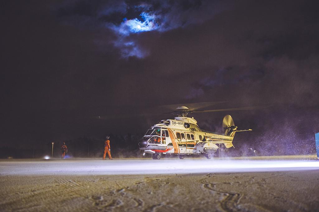Kuu valaisee muuten pimeää iltaa Kärsämäellä, kun MIRG-ryhmän ja Rajavartiolaitoksen harjoitus on alkamassa.