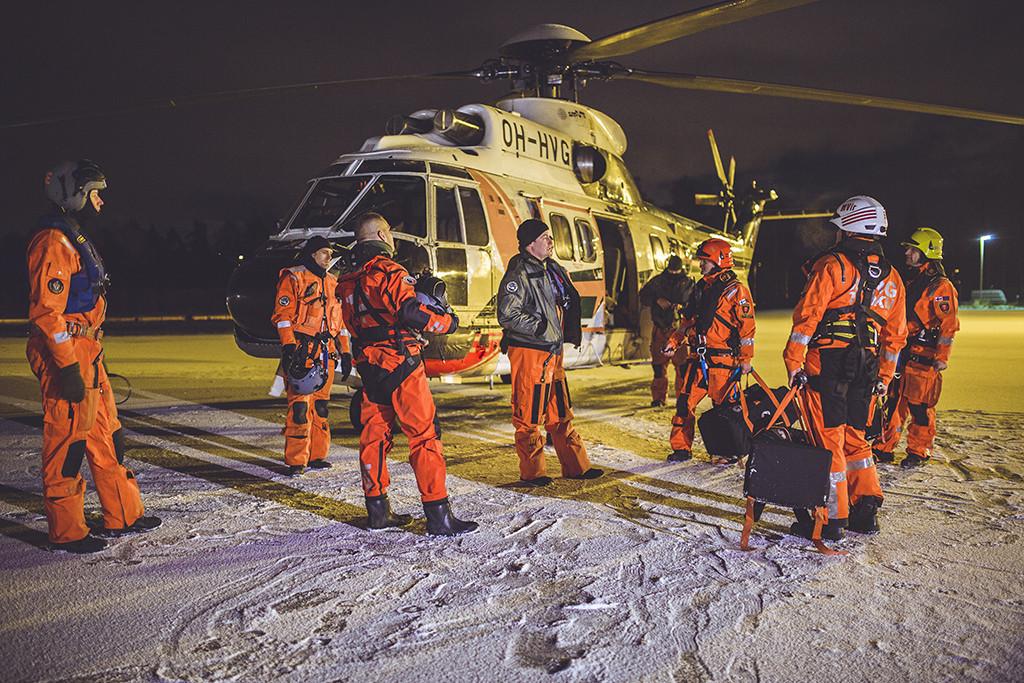 Miehistön keskellä pilotti Olli Nieminen.
