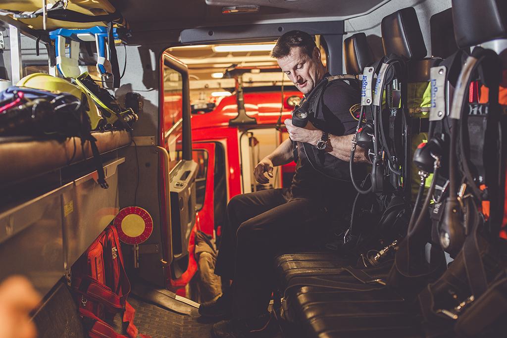 Juha Oksa testaa paineilmalaitteen kuntoa.