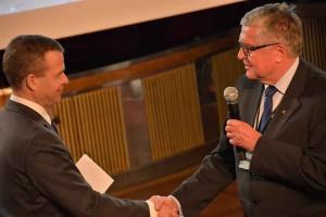 Johtaja Matti Orrainen SPEKistä johti puhetta Pelastusalan neuvottelupäivillä ja kiitti sisäministeri Petteri Orpoa päivien avauksesta.