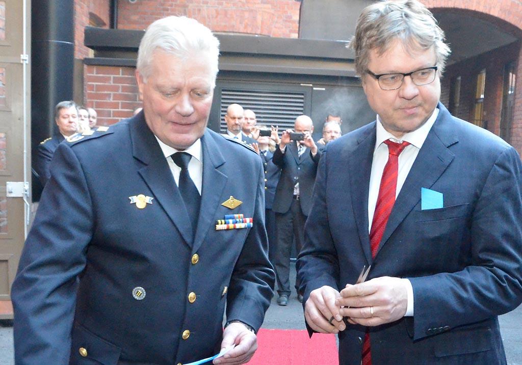 Nykyinen vs. kaupunginjohtaja Pekka Sauri (oik.) ja pelastuskomentaja Simo Weckstén vihkivät kunnostetun Helsingin palomuseon kaksi vuotta sitten.