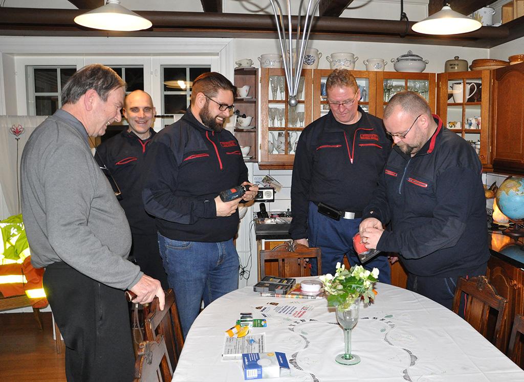 Mietoisten VPK:n 112-päivän tempauksessa Jouni Kauppila, Mike Wikstedt, Esa-Pekka Ristimäki ja Vesa Haloila kävivät tarkastamassa Jorma Viljasen kodin palovaroittimet ja asentamassa muutaman uuden.