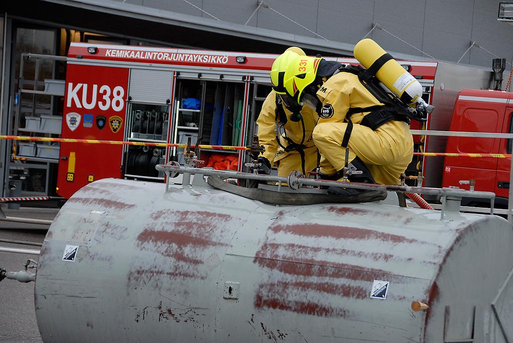 Uudenmaan pelastuslaitokset ovat varautuneet yhteisellä kalustohankinnalla kemikaalionnettomuuksiin.
