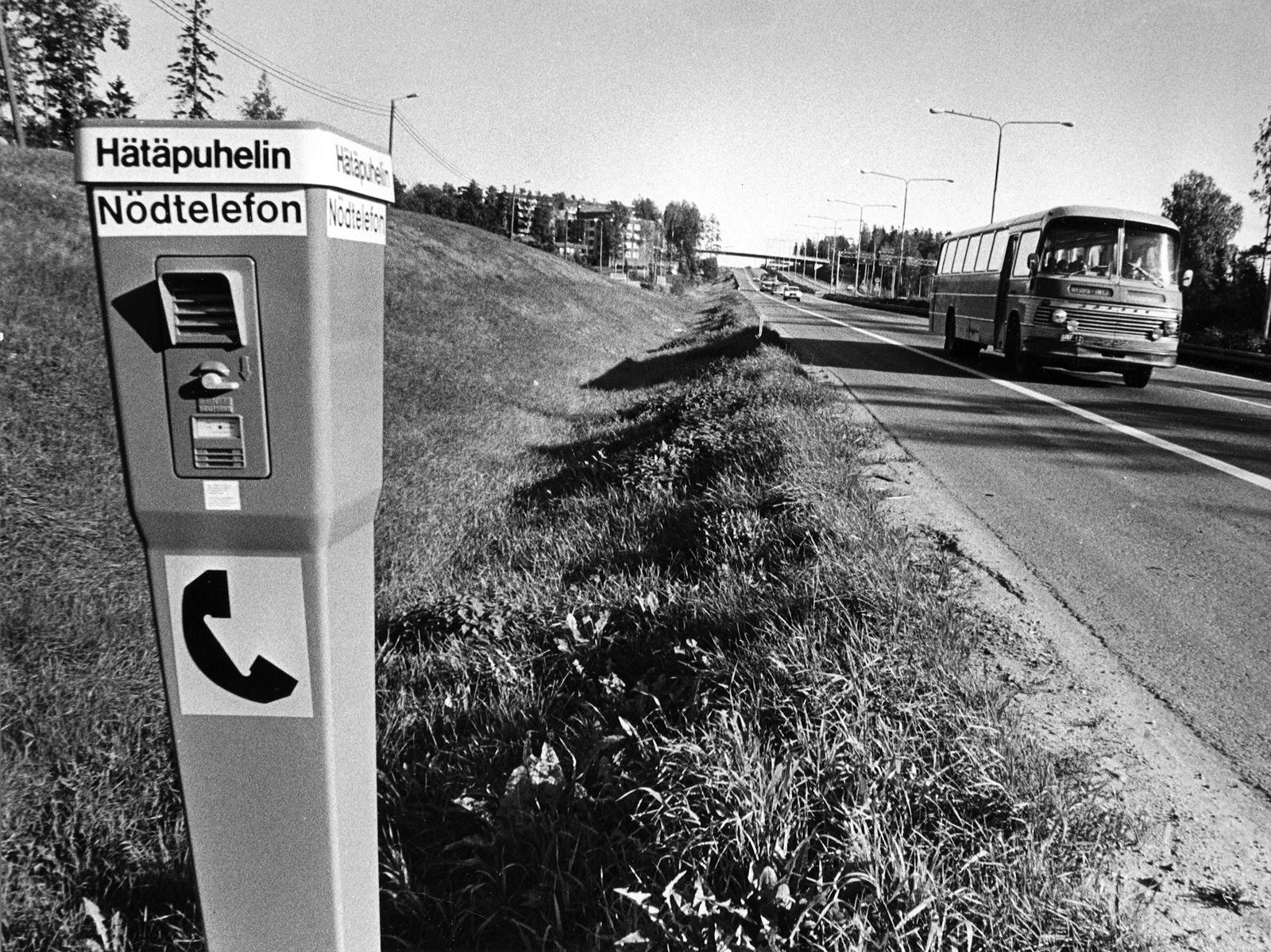 Maantiehätäpuhelinkokeiluista tuorein on Helsingin alueella syyskuun alkupäivinä alkanut kokeilu. Oheinen kuva on Lauttasaaresta. Kuva: Juhani Katajamäki.