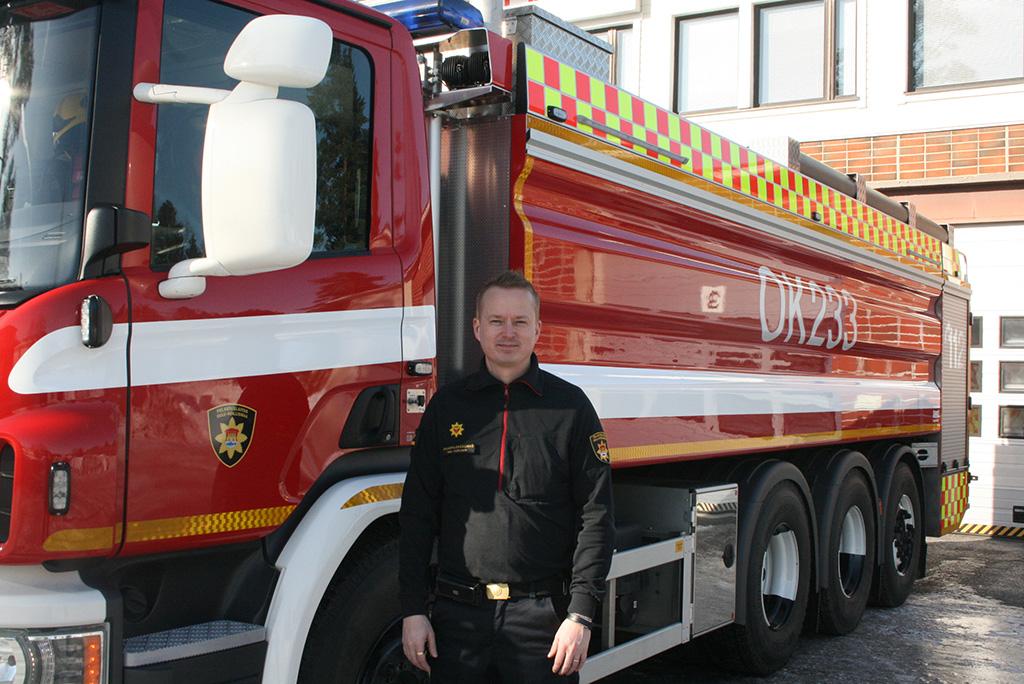 Kiimingin uusi säiliöauto ja apulaispalopäällikkö Mika Kurvinen.