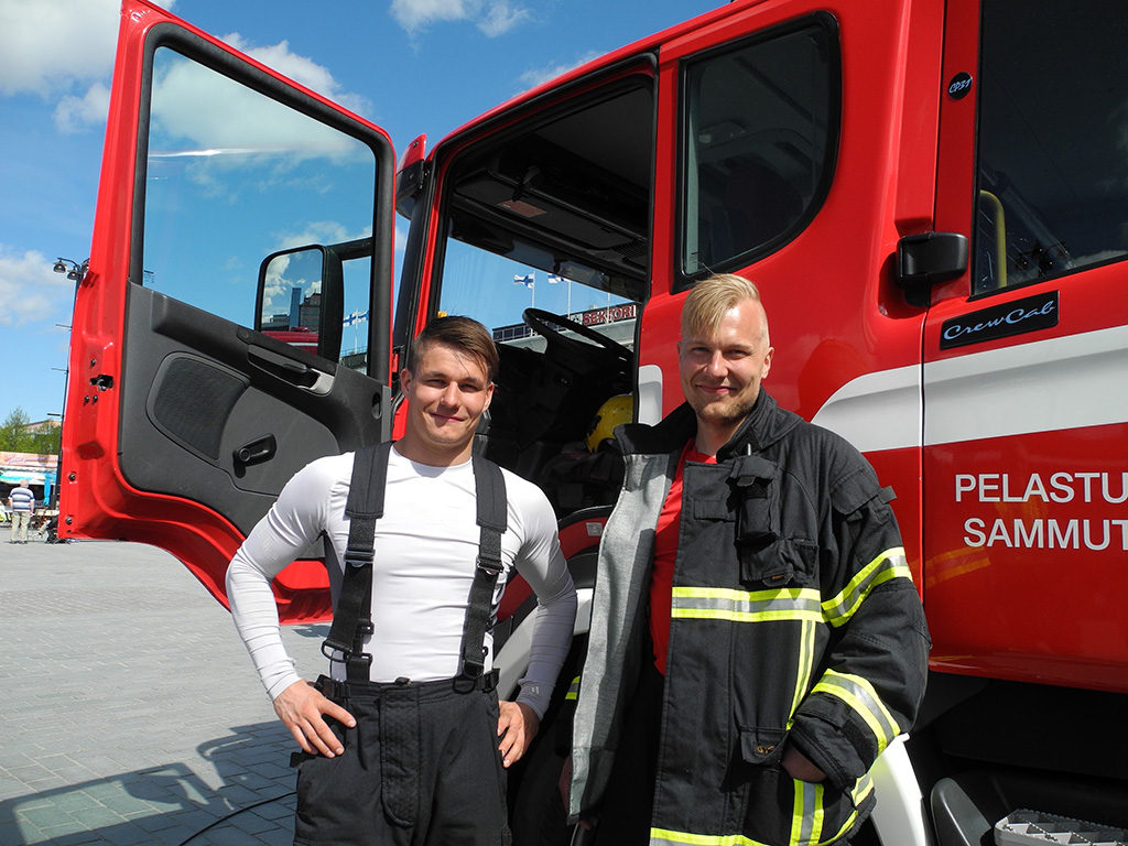 Pelastusopiston pelastajakurssilaiset Perttu Siltala ja Matti Vimpari esittelivät Kuopion torilla sammutusyksikköä.