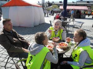 Keski-Uudenmaan pelastuslaitoksen turvallisuuskouluttaja Jalmari Kotiranta toimi taustatukena Mäntysalon koulun joukkueelle, joka tankkasi suorituksen jälkeen.