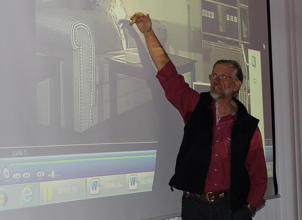 Oskari Turunen on kouluttajana asukkaiden turvallisuusilloissa Pohjois-Savossa.