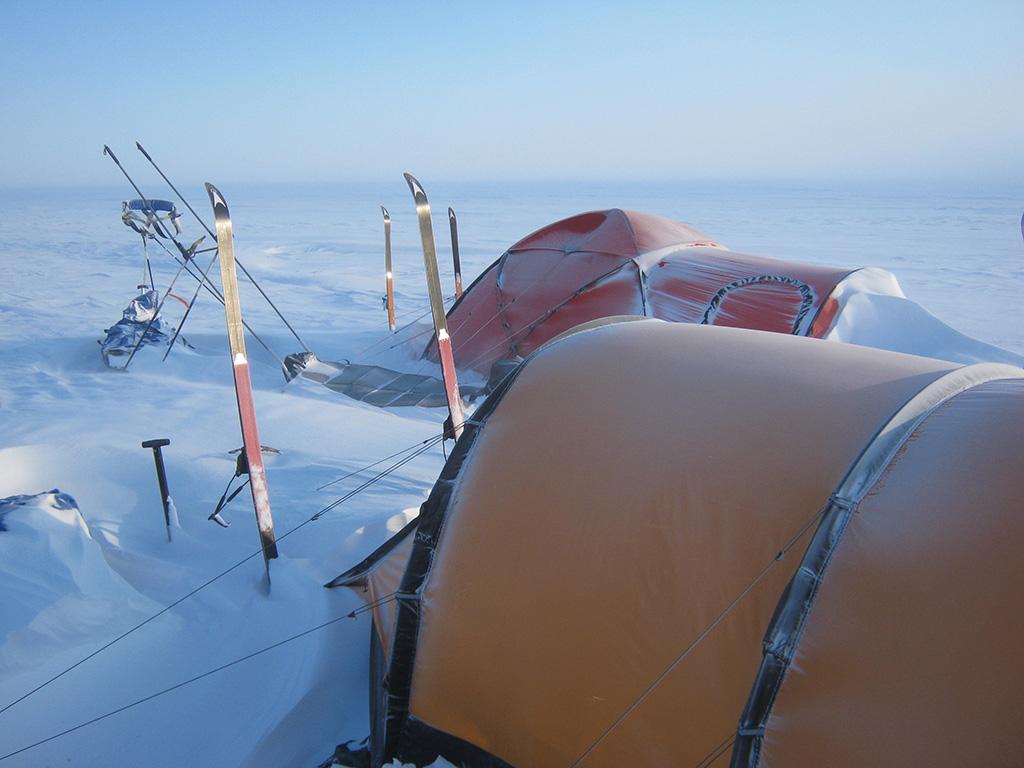 Miehet tekivät neljän viikon hiihtovaelluksen itsenäisesti kartan ja kompassin avulla. Pisimpään he hiihtivät saaren keskusjäätiköllä.
