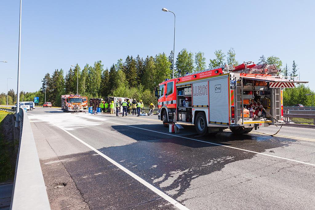 Pelastuslaitoksen resurssit eivät aina riitä laajamittaiseen liikenteen ohjaukseen varsinkaan onnettomuustilanteen alkuvaiheessa. Arkistokuva.
