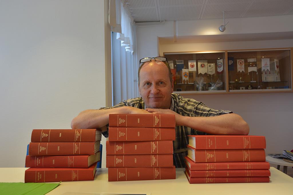 Nämäkin vuosikerrat löytyvät nyt Pelastustiedon verkkosivuilta. Päätoimittaja Esa Aalto on tyytyväinen digitointiurakan päätyttyä.