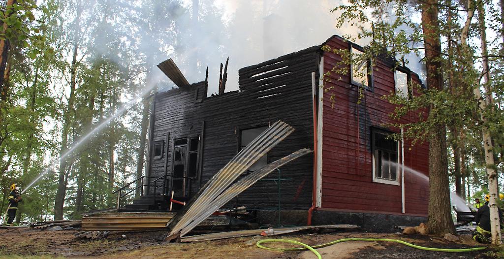 Jyväskylän seurakunnan Lehtisaari on suosittu virkistyspaikka, jonka tulitikkuleikeistä palamaan syttynyttä päärakennusta palokunta pääsi vaivalloisesti veneillä sammuttamaan.