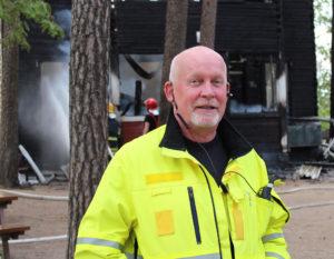 Päivystävän palomestarin Juha Hårdin mielestä vaikeasti saavutettavissa kohteissa, kuten tässä seurakunnan leirikeskuksessa, pitäisi olla riittävästi alkusammutuskalustoa. Saaressa oli kaksi jauhesammutinta ja niillä ei ollut paljoakaan tehtävissä.