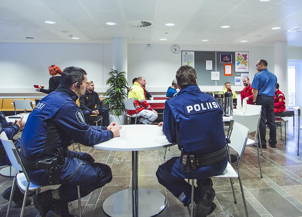 Pelastushenkilöstö tarvitsee poliisin apua päivittäin. Kuvassa poliiseja ja ensihoitajia Hämeenlinnassa, jossa pelastuslaitoksen ympärivuorokautinen ensihoitoyksikkö muutti poliisilaitoksen tiloihin viime tammikuussa.