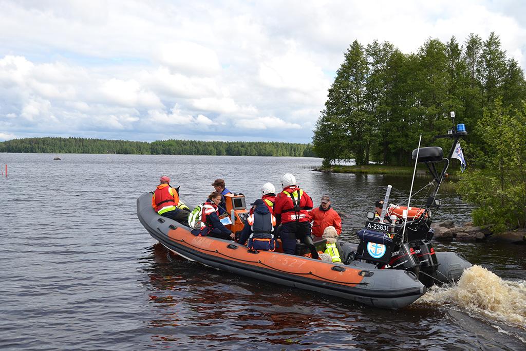Ensimmäisenä etsintään saarelle lähti pelastuskoiraryhmä.