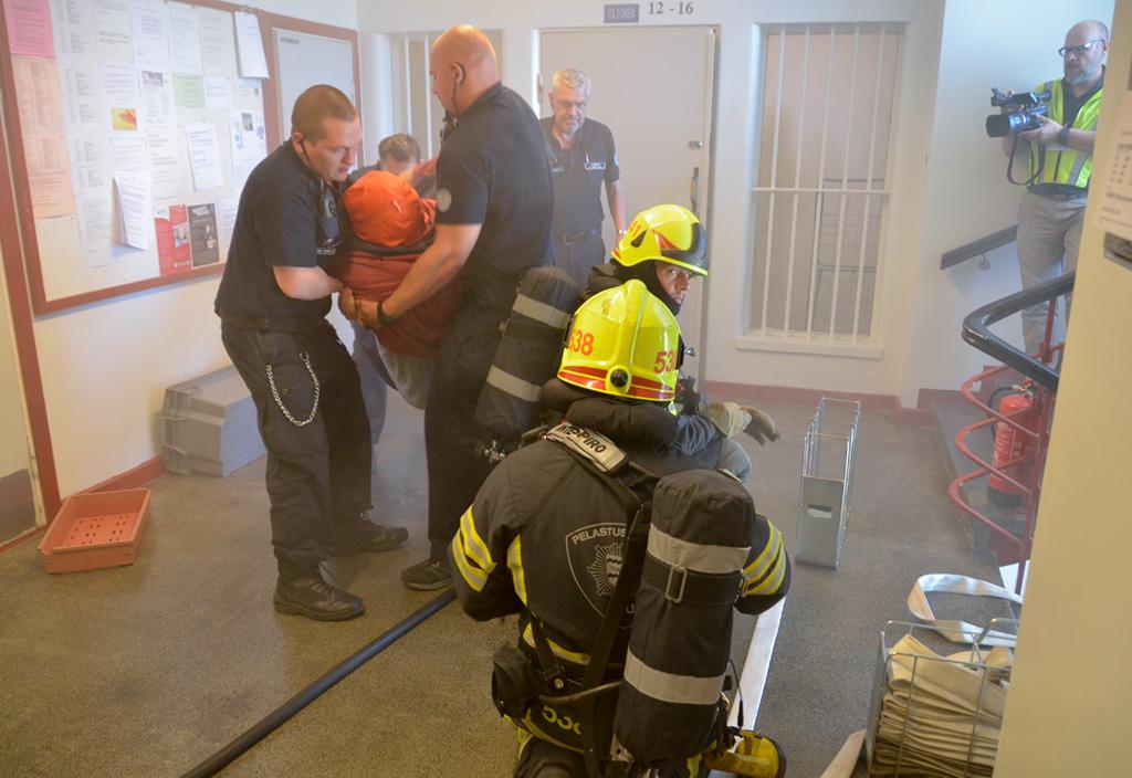 Keravan vankilan itäisessä selli 15:ssä oli syttynyt tulipalo ja sieltä pelastettiin tajuton henkilö. Pelastettavia oli myös kahdessa muussa sellissä. Oikeassa tilanteessa pelastettavia olisi ollut viidestä kuuteen. Vankilan henkilökunnan omalla toiminnalla on ratkaiseva merkitys tulipalotilanteessa ihmishenkien kannalta. Vartijoita tarvitaan myös oppaina ja ovien avaajina. Harjoitus videoitiin opetuskäyttöön.
