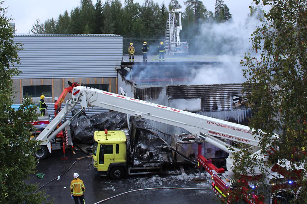 Lapiontien palo lähti liikkeelle seinän vierelle pysäköidyn kuorma-auton suunnalta.