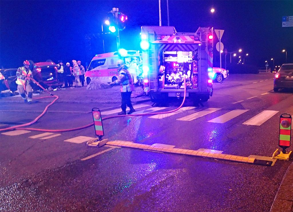 Onnettomuuspaikalla on käytössä muun muassa liikenteenohjauskartioita ja hidastemattoja, joilla yritetään ohjata ja hidastaa ohiajavaa liikennettä.