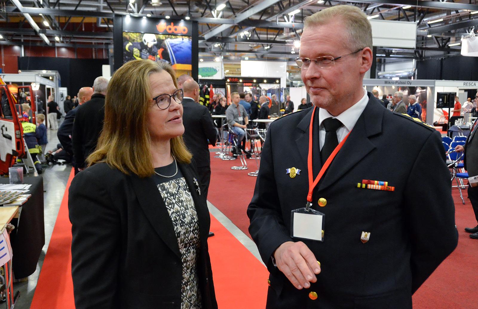 Kansliapäällikkö Päivi Nerg ja pelastusjohtaja Seppo Lokka Turvallisuusmessuilla.
