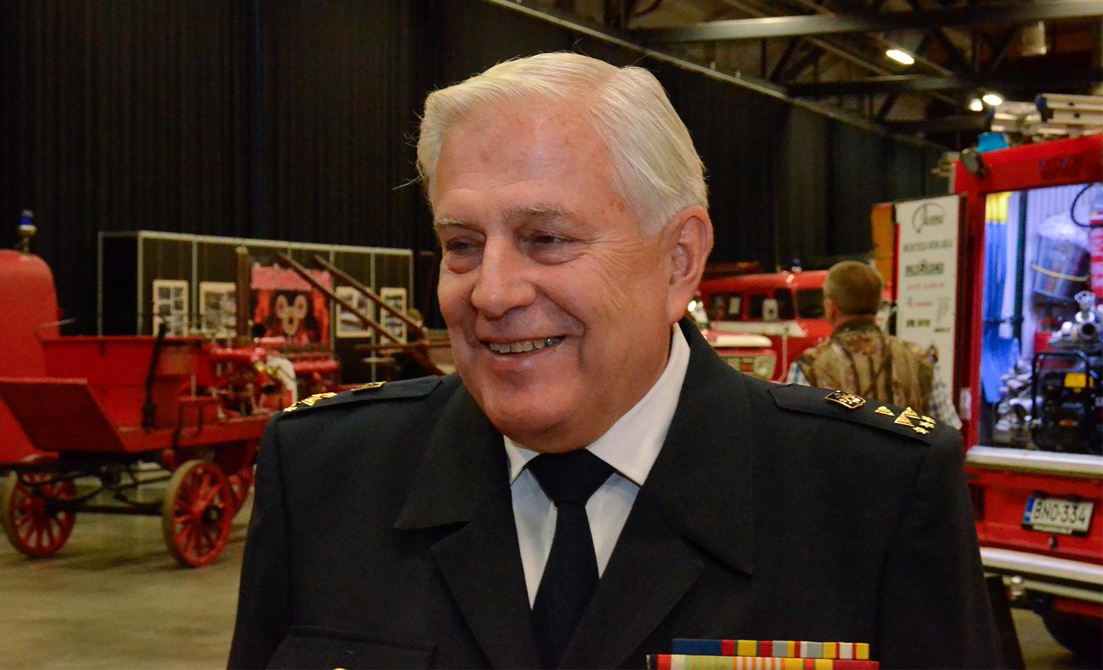 Kari Suominen nimettiin Vuoden palomieheksi Turvallisuusmessuilla.