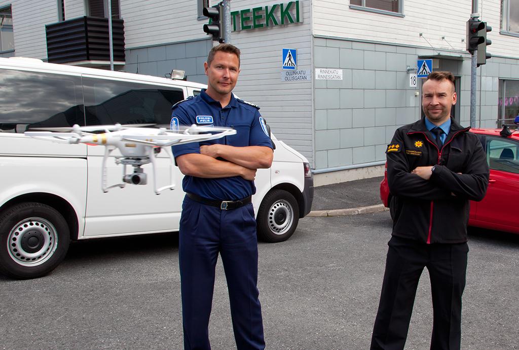 Ylikomisario Sami Hätösellä ja Kymenlaakson pelastuslaitoksen kehittämispäällikkö Teemu Veneskarilla on yhteinen näkemys miehittämättömien ilma-alusten viranomaiskäytöstä; niiden pitäisi voida toimia lähimmän yksikön periaatteella yli viranomaisrajojen.